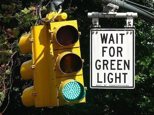 """记住:""""等红灯""""可不是""""Wait the red light"""",说错就尴尬了!"""